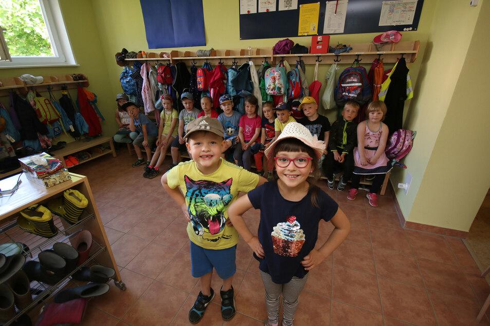 Arthur (vorn links) und Emma freuen sich mit ihren Kita-Freunden über die neuen Umkleideräume.
