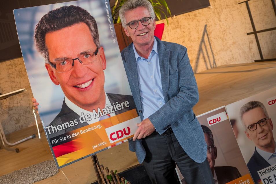 Zwischen diesen beiden Thomas de Maizières liegen zwölf Jahre. Das Plakat ist aus dem Jahr 2009. Zu seiner ersten Kandidatur für den Bundestag erreichte de Maizière ein Ergebnis von 45,2 Prozent. 2013 steigerte er sich auf 53,6 und 2017 waren es 34,1.