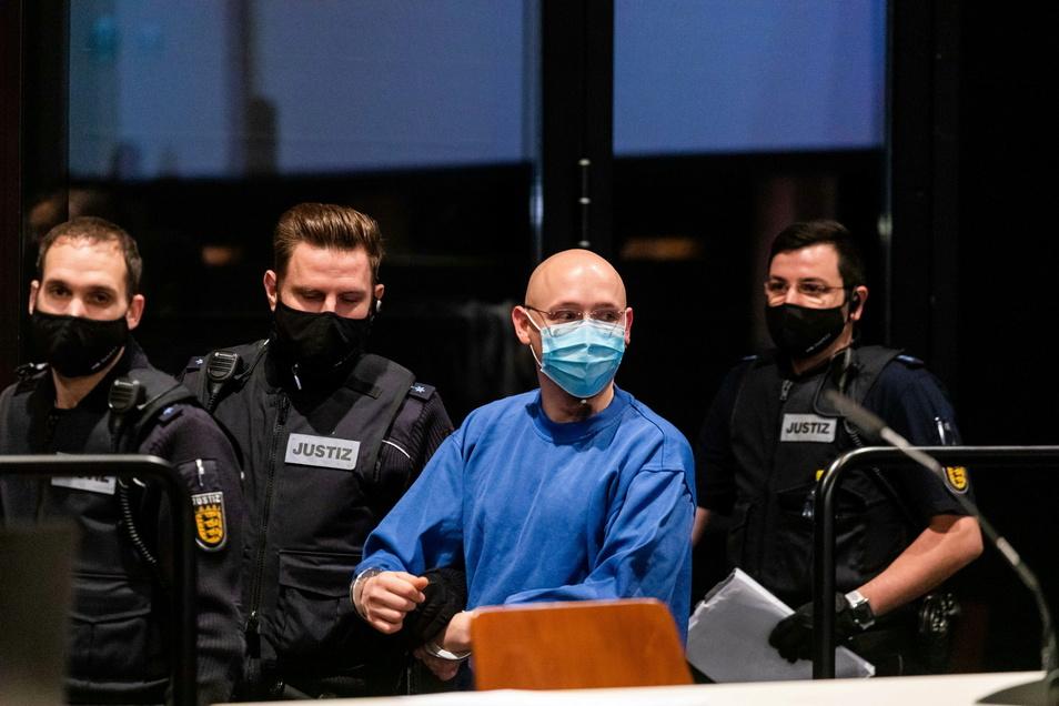 Yves R. wird von Justizbeamten in den Verhandlungssaal geführt. Nach seiner tagelangen Flucht im Juli 2020 im Schwarzwald musste sich der 31 Jahre alte Mann vor Gericht verantworten.