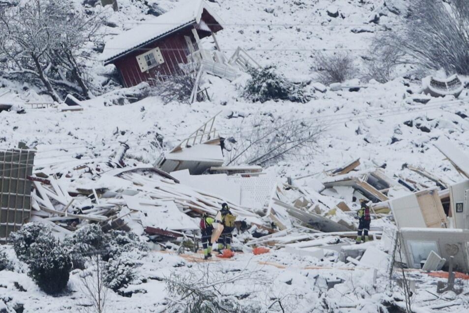 Rettungskräfte suchen im Erdrutschgebiet nach Überlebenden.