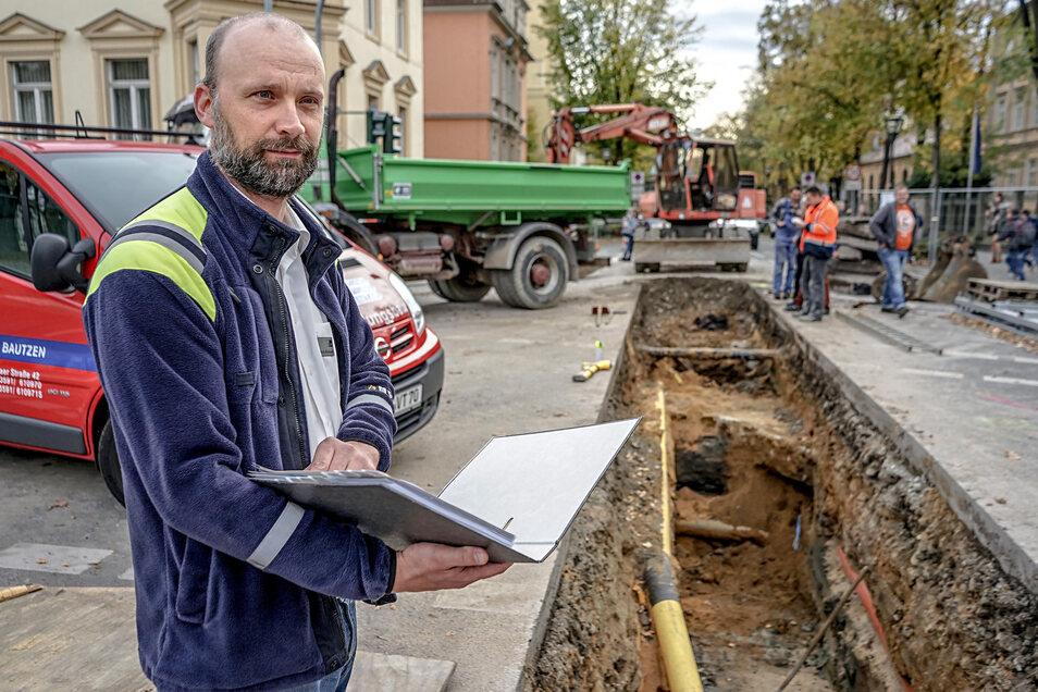 Seit mehreren Jahren läuft in Bautzen die Neuverlegungen von Fernwärmeleitungen. Marko Wroblewski – hier vor zwei Jahren an der Wallstraße/Bahnhofstraße – ist auch für die Baustelle in der Goschwitzstraße verantwortlich.
