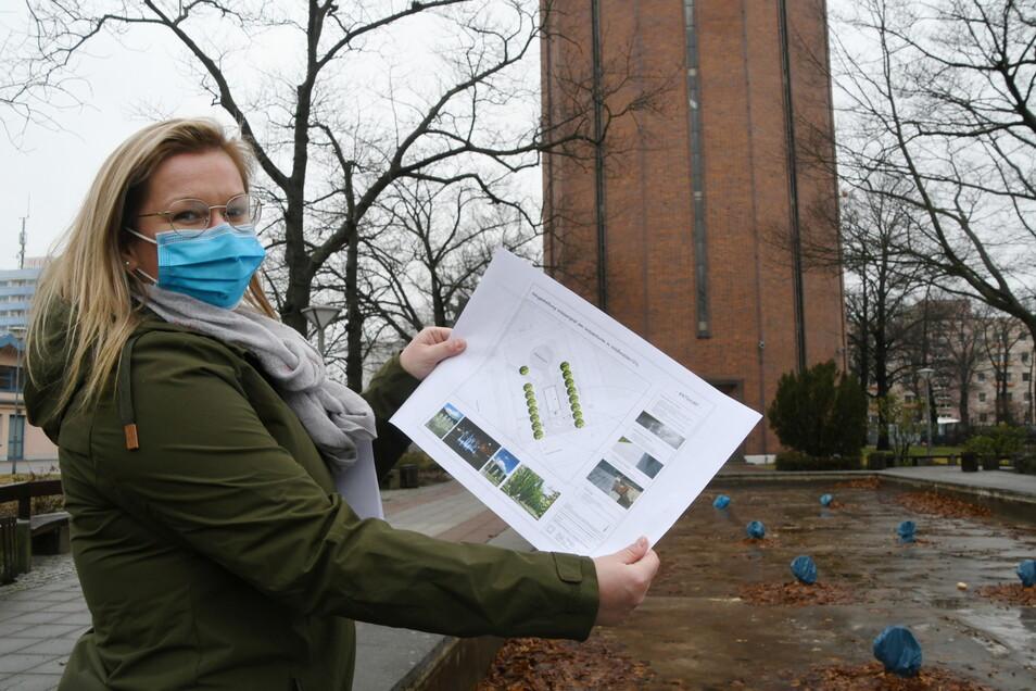 Franziska Graetz, Mitarbeiterin im Bereich Stadtentwicklung in der Stadtverwaltung Weißwasser, zeigt den Plan für die künftige Gestaltung der Sprinbrunnenanlage vor dem Wasserturm in Weißwasser.