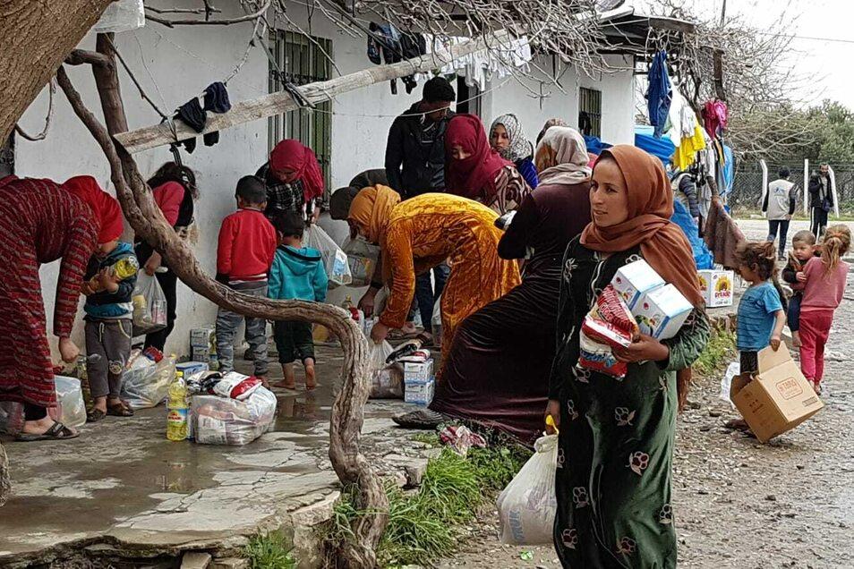 Die Hilfslieferungen bestehen aus kohlehydratreichen Lebensmitteln wie Nudeln, Reis, Linsen und Bohnen. Dazu gibt es meist eine Flasche Pflanzenöl und Tomatenpaste.