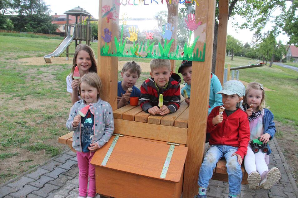 Zum Spielplatz in Cölln gehört auch ein kleiner Stand, an dem die Kinder ihr Eis schlecken können.