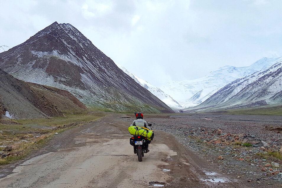Dieses Bild zeigt das Pamir-Gebirge in Zentralasien. Der Pik Revolution (seit 2006 Pik Unabhängigkeit) liegt im Zentralpamir in Tadschikistan und misst 6 940 Meter.