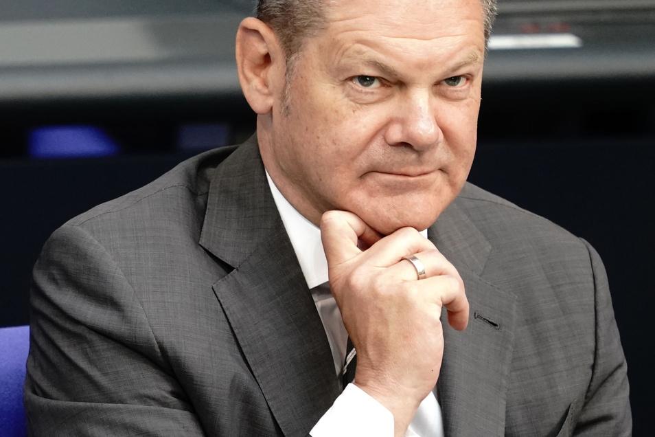 Bundesfinanzminister Olaf Scholz (SPD) verfolgt die Sondersitzung des Deutschen Bundestages zur geplanten Absenkung der Mehrwertsteuer ab dem 1. Juli.