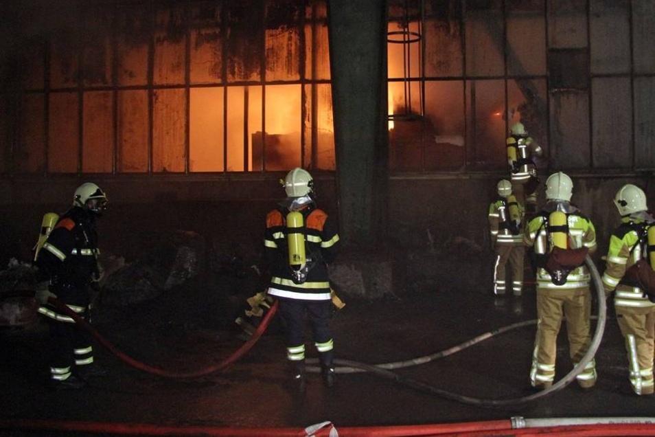 In einer Müllsortieranlage nach Niedersedlitz ist am Montagabend ein Brand ausgebrochen.
