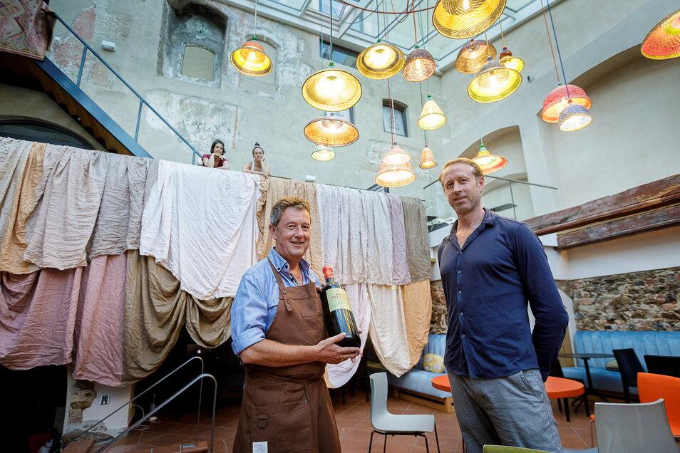 War im vergangenen Jahr einer von zwei Görlitzer Preisträgern: Weinexperte Axel Krüger (li.) - im Bild mit Bas Dankers in der Weinbar Benigna am Untermarkt.