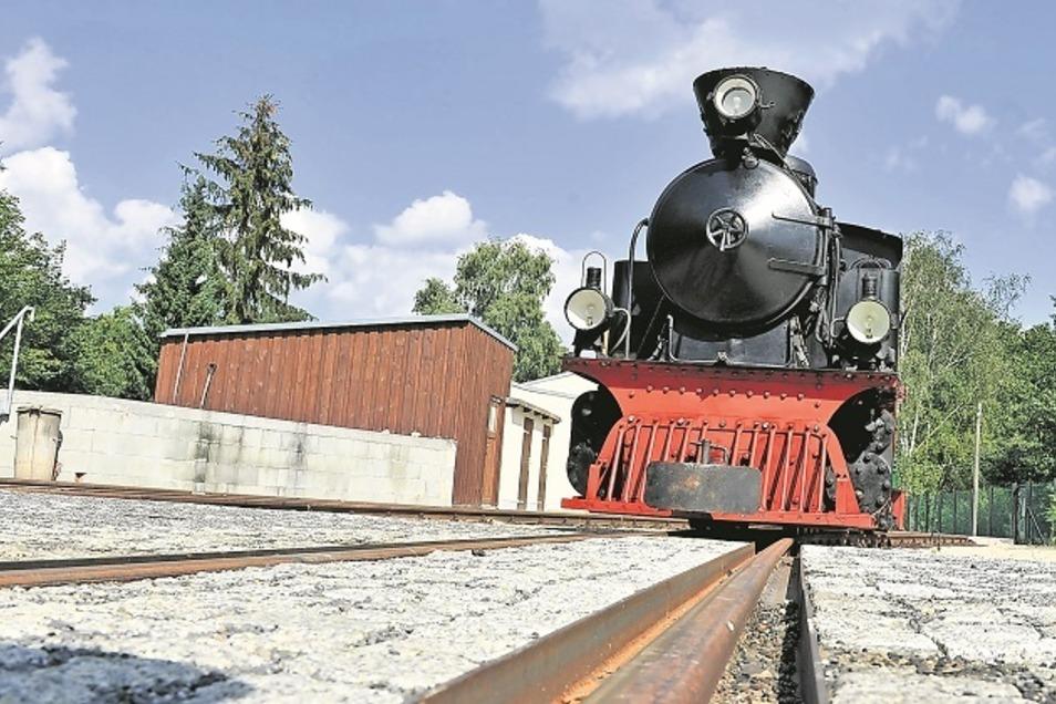"""Die Gastlok """"Merapi"""" von der Parkeisenbahn Berlin war einst in Java im Einsatz, hat daher auch einen Büffelfänger. Am Wochenende verkehrt die Dampflok auf den WEM-Strecken."""