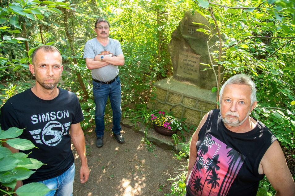 Die Anwohner im Thüringer Weg in Niesky sorgen sich um das Denkmal, das der Militärverein Neu Ödernitz hier vor 100 Jahren aufgestellt hat. Im Foto Robert Spichale, Nachbar Lutz Müller und Günter Spichale (von links).