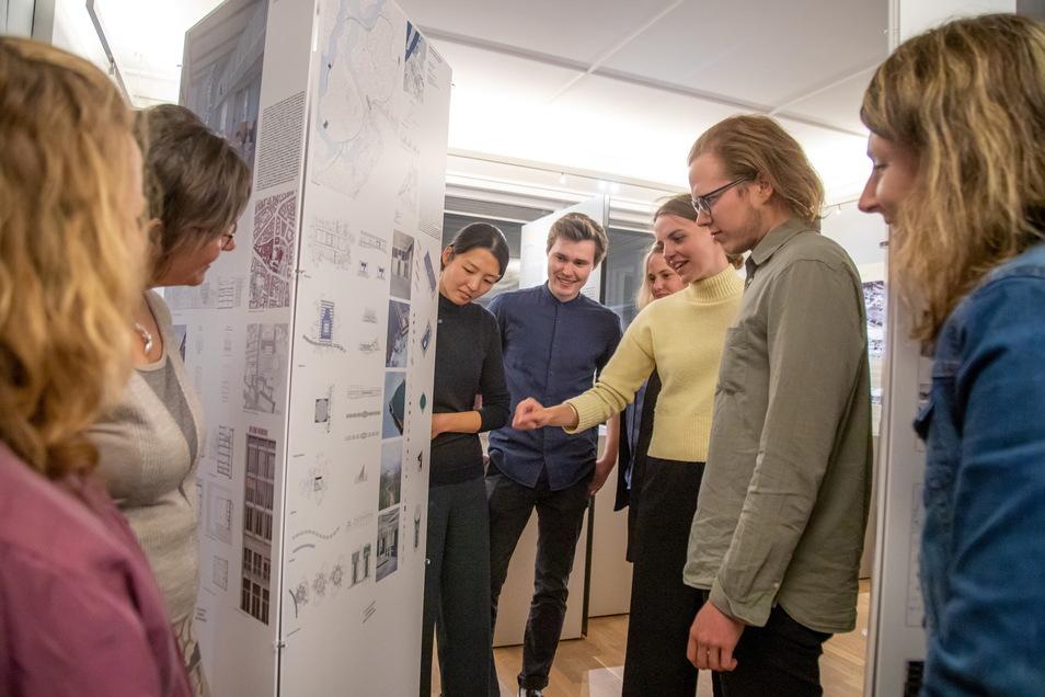 Der Studienpreis Konrad Wachsmann wurde am Freitag im Wachsmannhaus in Niesky verliehen. Die Preisträger (Bildmitte) kommen von verschiedenen Hochschulen und Universitäten für Architektur.