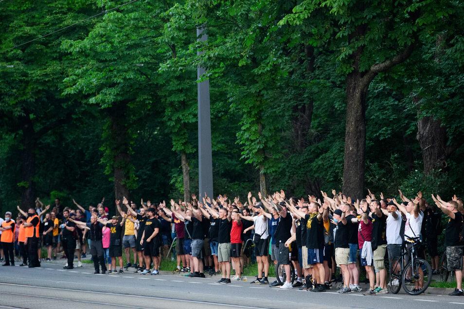 Nach dem Spiel haben sich ein paar Dutzend Dynamo-Fans vor dem Stadion versammelt.