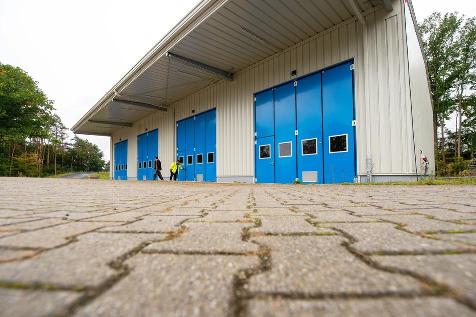 Die neue Halle des Hochwasserschutzlagers am Radeburger Stausee ist fertig. Dort lagern Sandsäcke, Folie und Vlies, die im Hochwasserfall im Großraum Dresden, einschließlich den Landkreisen Meißen und Sächsische Schweiz-Osterzgebirge zum Einsatz komm