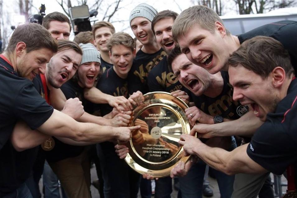 Die deutschen Handballer jubeln bei einem Fan-Fest in der Max-Schmeling-Halle.