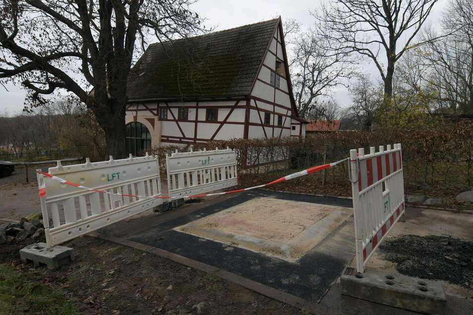 Weil in Ullrichsberg eine Fahrbahnschwelle in die Ortsdurchfahrt eingebaut wird, ist die schmale Straße im Moment gesperrt.