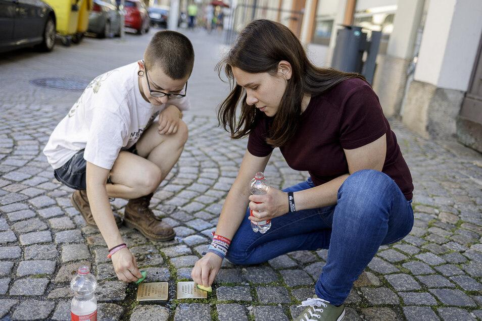 Oliver Heinrich und Lydia Kepstein putzen die Stolpersteine von Sigmund und Betty Fischer am Demianiplatz. Zu der Aktion hatten der Görlitzer Kurt Bernert und die engagierten Bürger_innen aufgerufen.