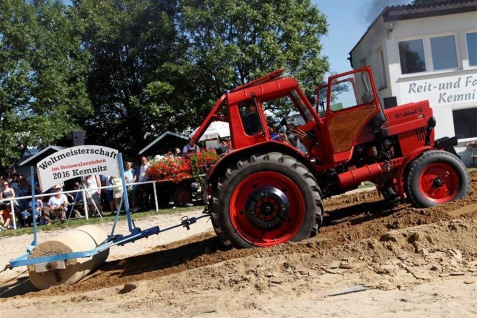 Auch dieser Traktor war bei der Weltmeisterschaft im Steinwalzenziehen 2016 in Kemnitz dabei.