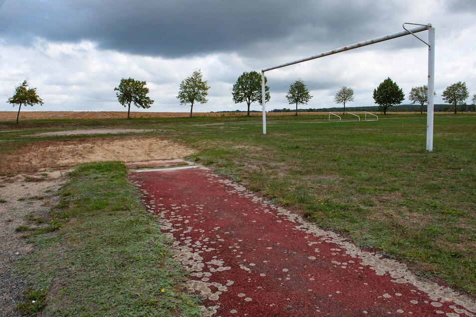 Die Weitsprunggrube auf dem Sportplatz Schönfeld ist in einem erbärmlichen Zustand - nicht nur sie.