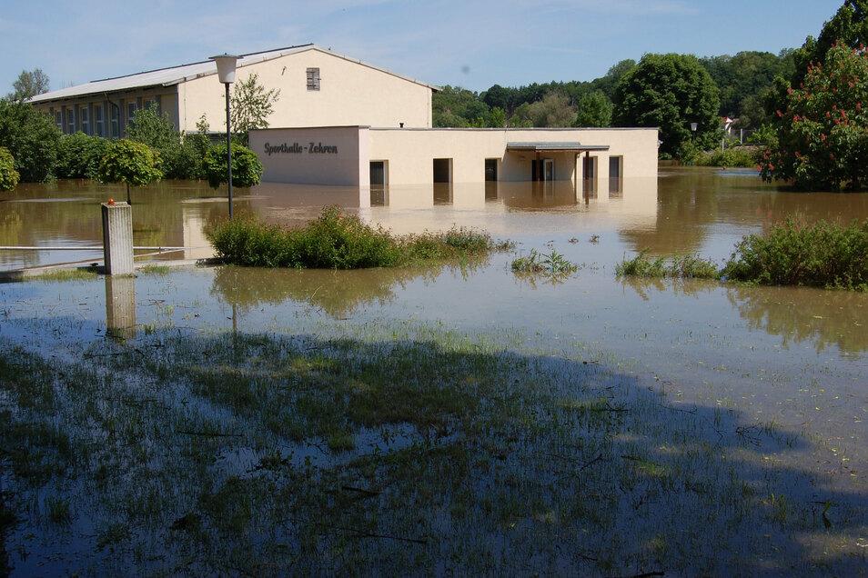 2002 und zuletzt im Juni 2013 stand die ehemalige Sporthalle Zehren im Elbehochwasser. Sie wurde inzwischen abgerissen.