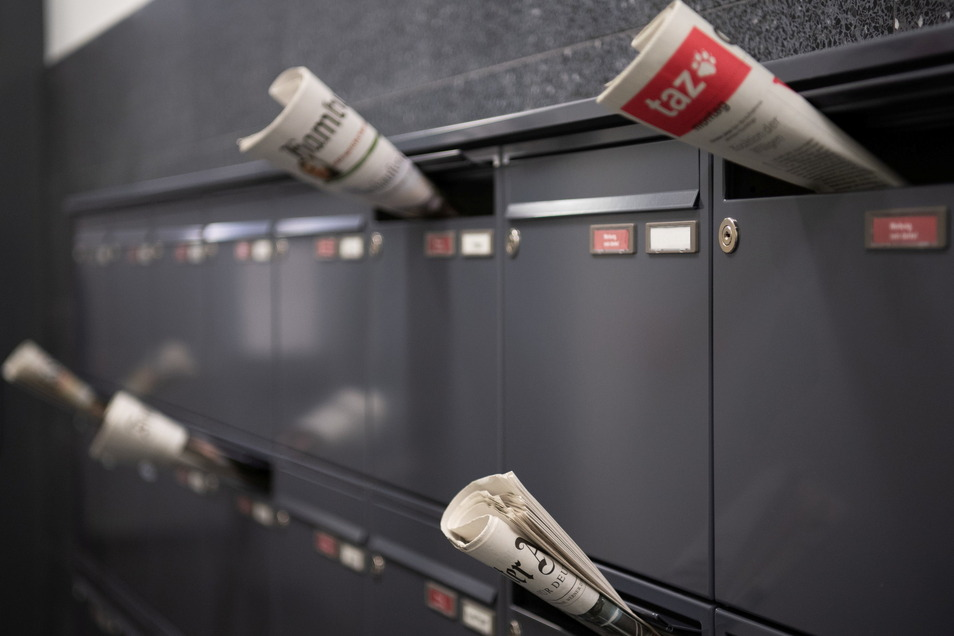Zeitungen stecken in verschiedene Briefkästen von Mietwohnungen. Der Bund stoppt seine bisherigen Pläne einer Millionenförderung von Presseverlagen für die digitale Transformation.