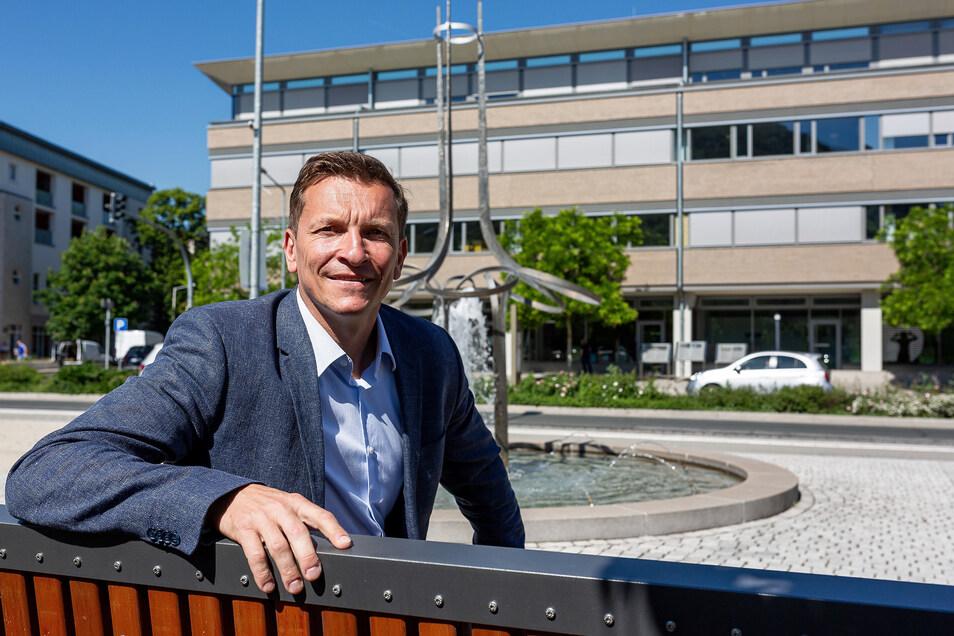 Nicht ohne Stolz auf seine Arbeit sitzt Alexander Karrei gegenüber vom Technologiezentrum auf dem Neumarkt.