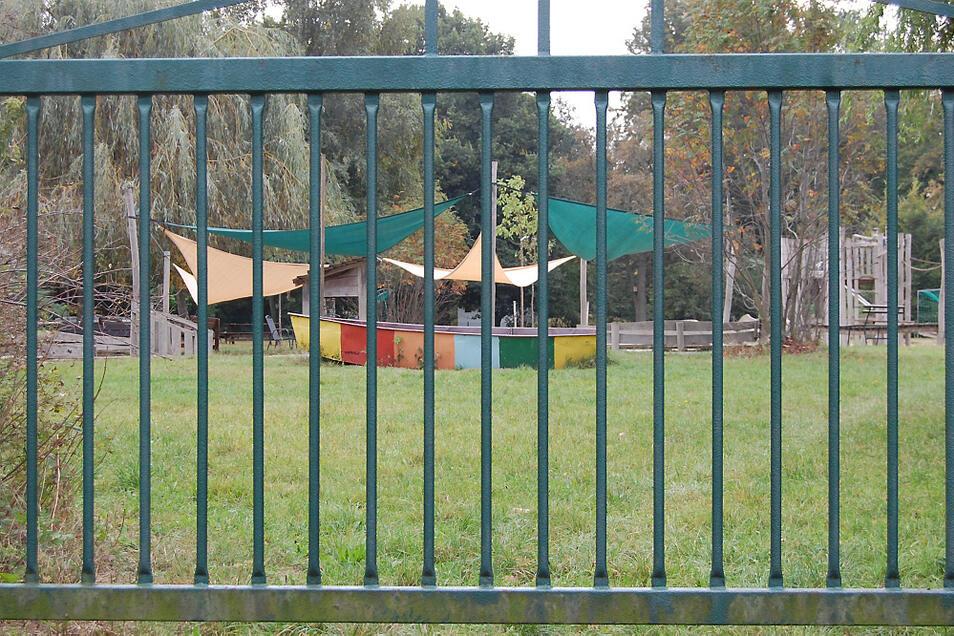 Dort, wo der Zaun des Kinderhauses am Elsterbogen verläuft, soll Baugrund für drei Einfamilienhäuser zur Verfügung gestellt werden.