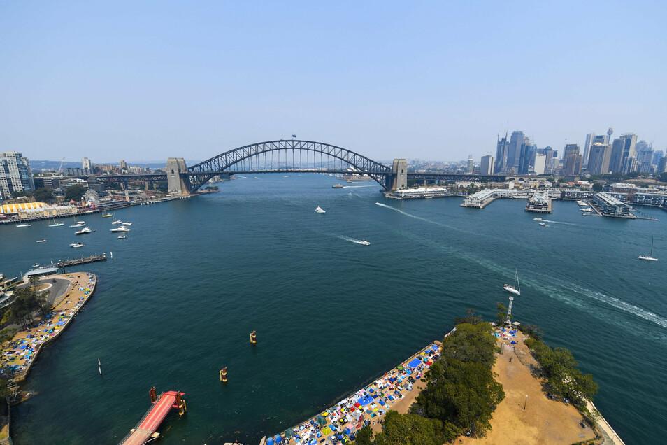 Die australische Airline Qantas will mit einem kuriosen Rundflug Gäste zurückgewinnen. Eine Boeing 787-9 Dreamliner werde am 10. Oktober in Sydney starten und dann relativ niedrig über die bekanntesten Sehenswürdigkeiten des Landes fliegen.