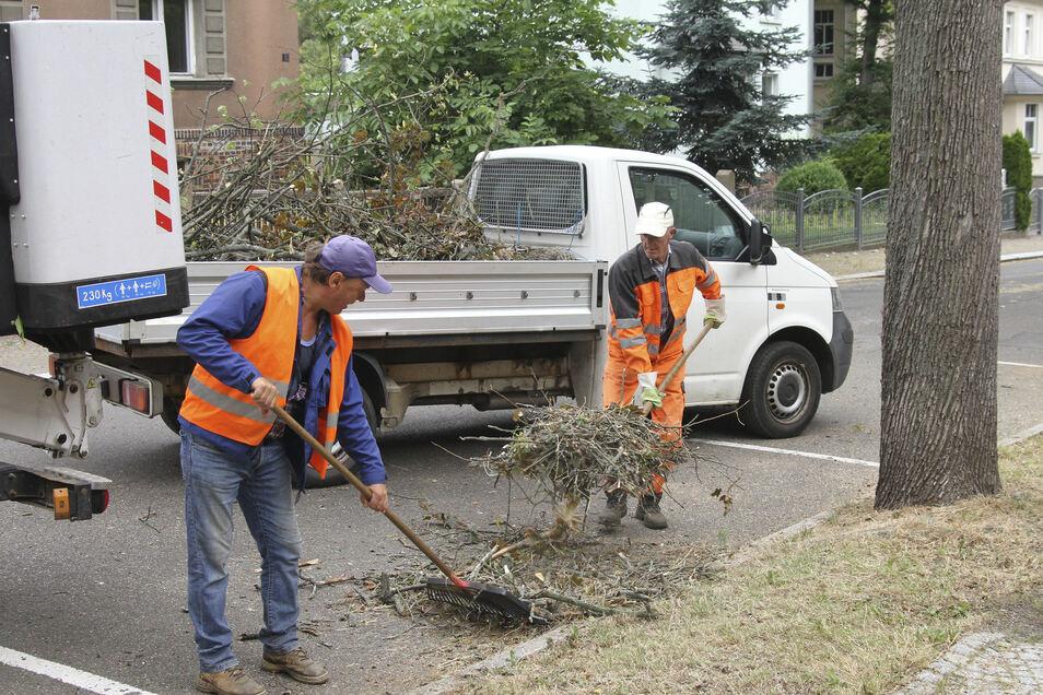 Mitarbeiter des Bauhofes Hartha verladen Baumverschnitt auf einen Lastwagen. Unter anderem an Bäumen im Stadtpark ist Totholz beseitigt worden.
