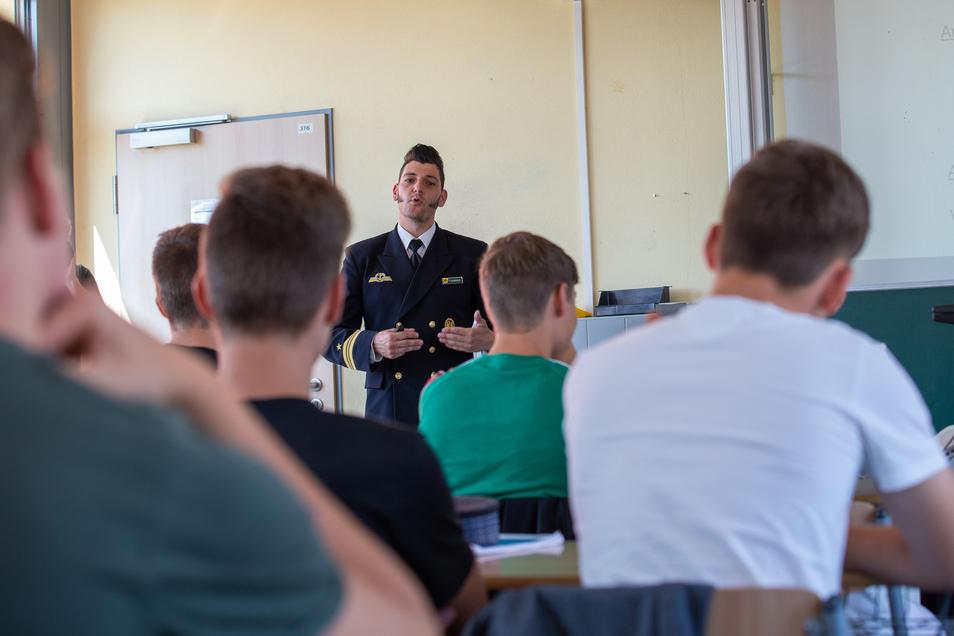 Kapitänleutnant Andy Clemens ist seit 16 Jahren bei der Bundeswehr. Er schob Wehrdienst auf einem U-Boot und war als Marinesoldat vier Mal im Ausland im Einsatz. Am Freitag diskutierte der Jugendoffizier mit Schülern des Johann-Gottfried-Herder-Gymnasiums