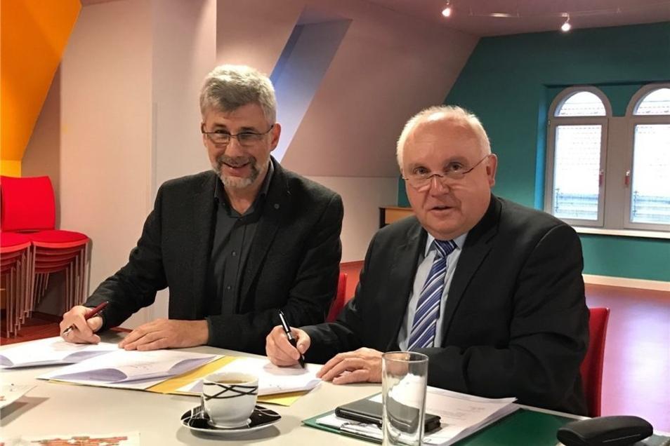 Unterzeichnet: Peter Hesse (li.) und OB Dietmar Buchholz mit dem Vertrag.