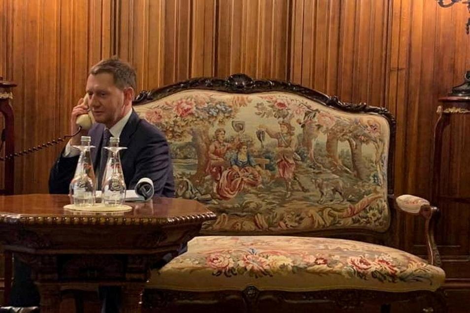Sachsens Ministerpräsident beim Telefonat mit Präsident Putin. Es dauerte rund eine halbe Stunde.