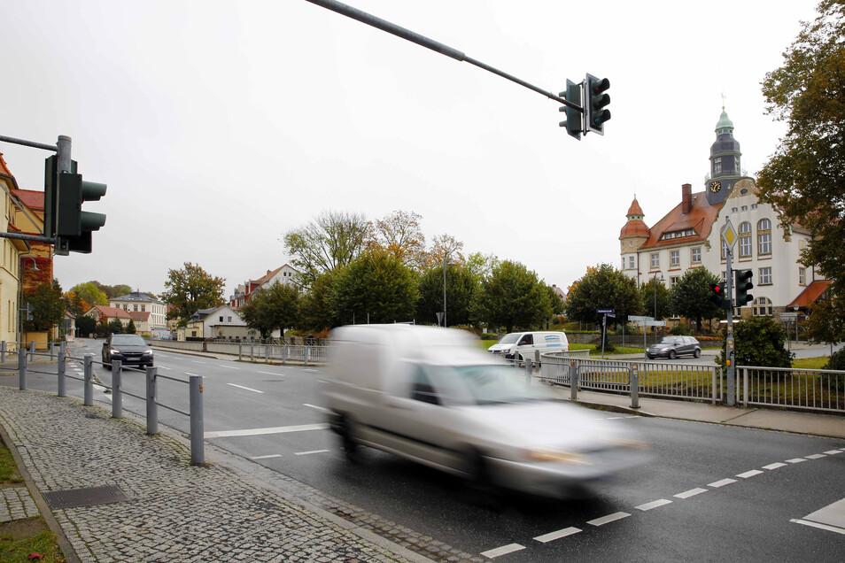 Großröhrsdorf, Bandweberstraße/Ecke Rathausplatz: Auch diese Kreuzung gehört zu den Schwerpunkten des Landkreis Bautzen. Gleich fünfmal kam es hier zu einem Zusammenstoß zwischen zwei Verkehrsteilnehmern.