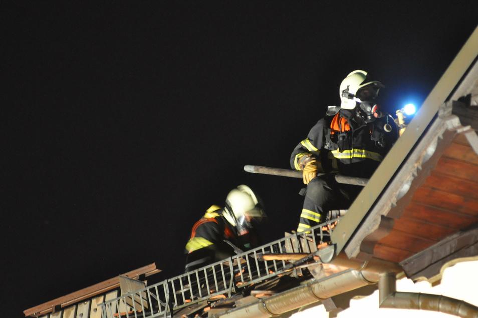 Feuerwehrleute öffneten das Dach, um an Glutnester zu kommen.