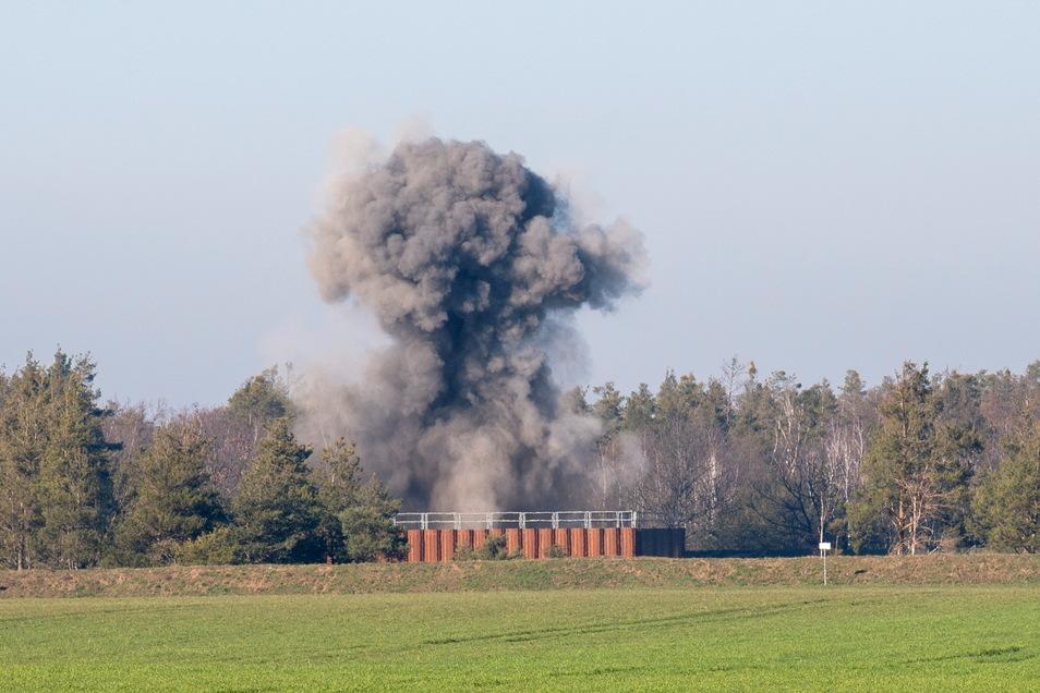 Diese Staubwolke auf dem Sprengplatz in Jacobsthal ist aus sicherer Entfernung zu sehen.