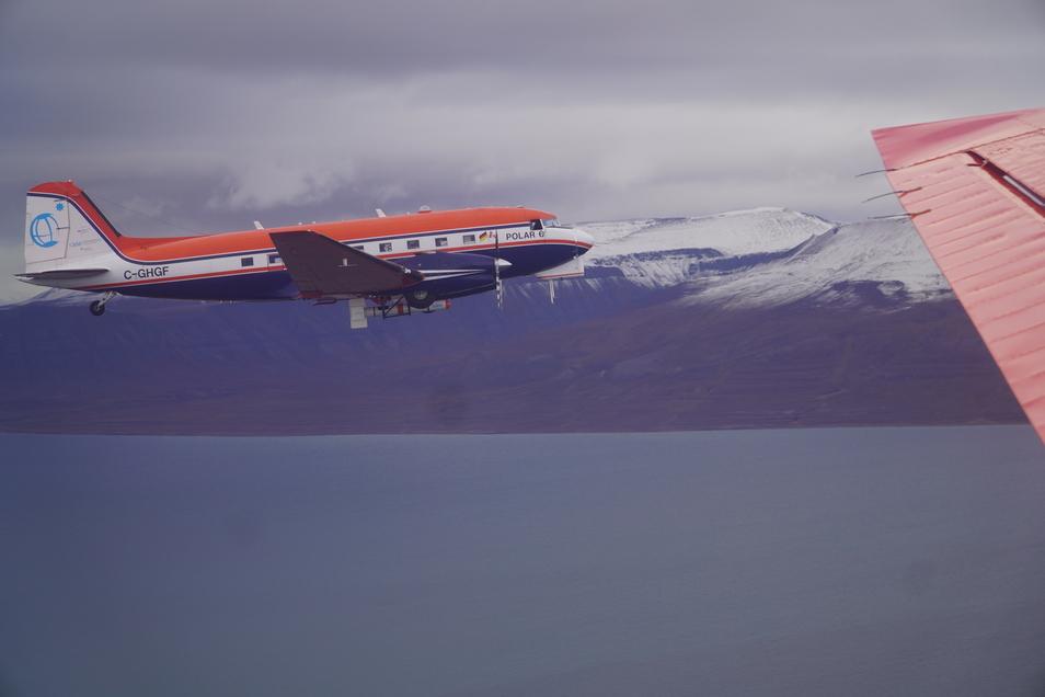 Mit Polarflugzeugen sind Forscher der Universität Leipzig von Spitzbergen aus unterwegs, während der Eisbrecher Polarstern nahe am Nordpol verweilt.
