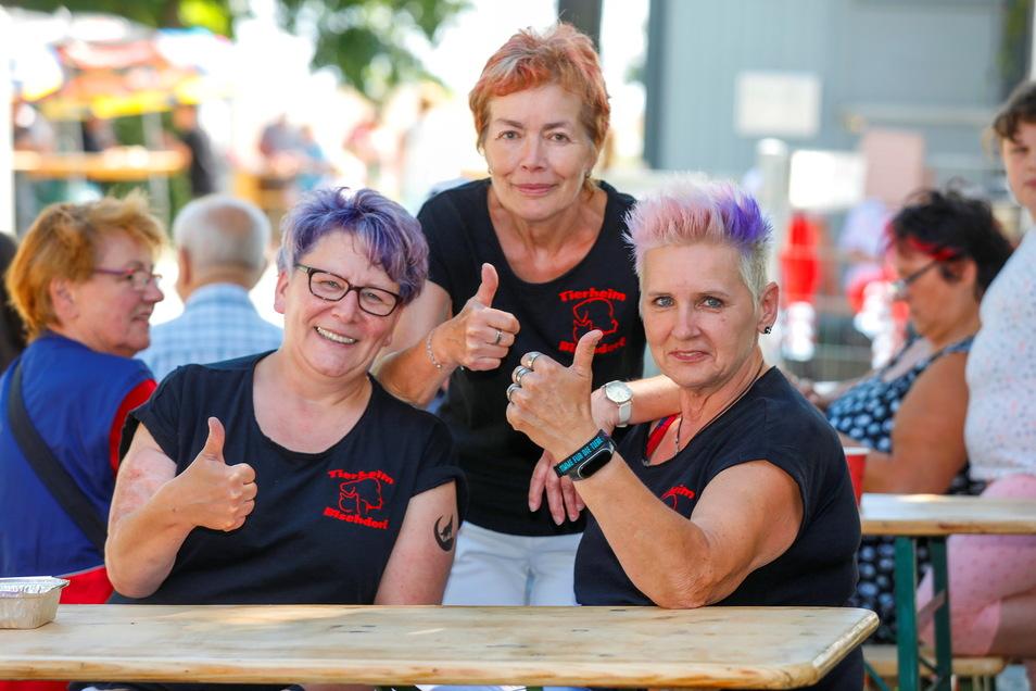 Martina Mucke, Ramona Rude und Ramona Loske vom Tierheim freuen sich über die vielen Besucher.