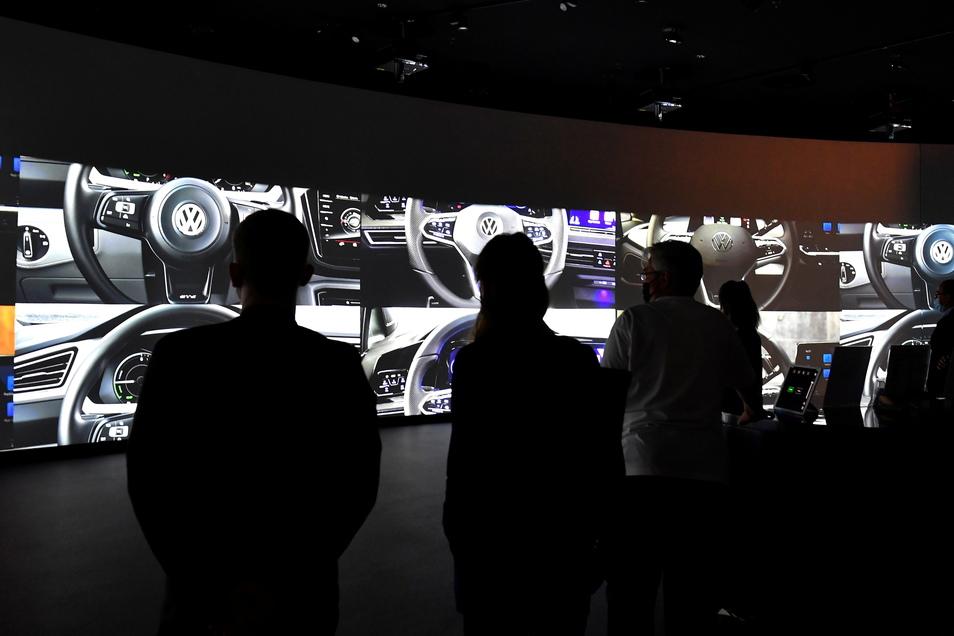 """In der Gläsernen Manufaktur in Dresden wird die Übergabe eines VW ID.3s an den Kunden gebührend zelebriert. Zusammen mit Unternehmen aus der Kreativwirtschaft wurde eine """"Übergabe-Show"""" insziniert."""