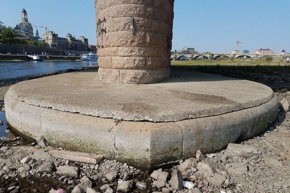 Der neue Pfeiler an der Neustädter Seite steht auf dem der alten, im Krieg zerstörten Carolabrücke.