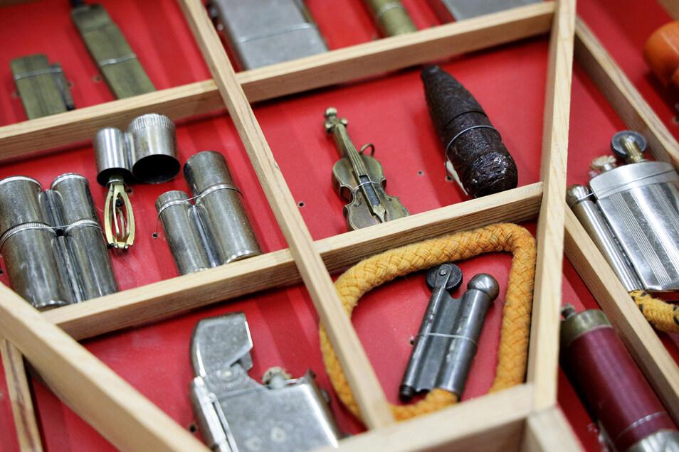 Mehr als 1.200 Feuerzeuge hat Horst Schäfer aus Waldenburg im Landkreis Zwickau gesammelt. Jetzt vermacht er sie dem Riesaer Stadtmuseum.