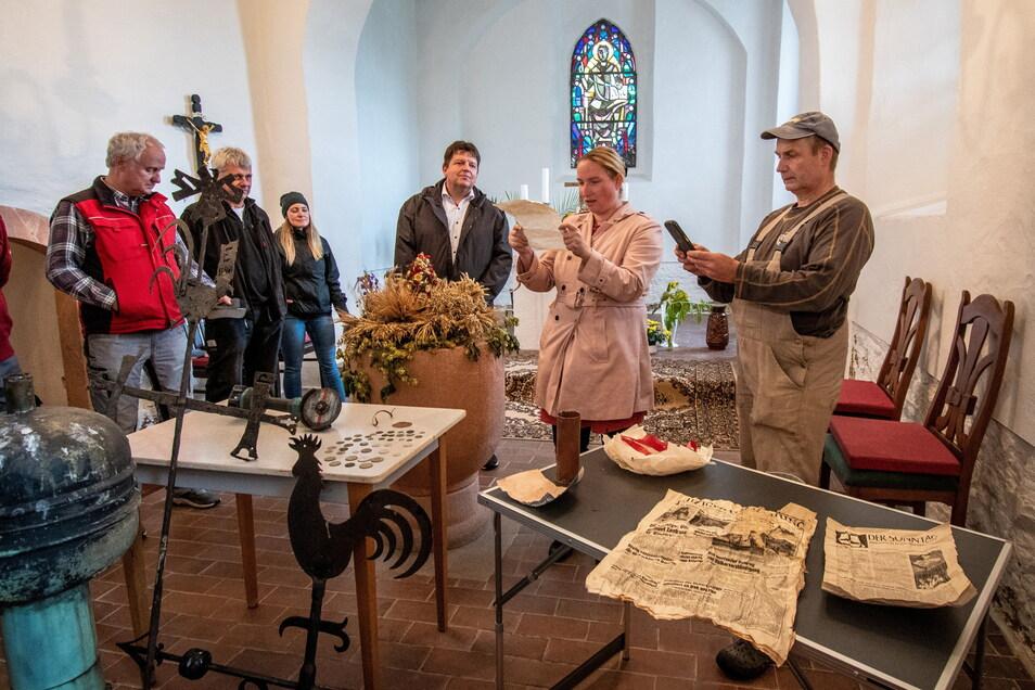 Mit Spannung begutachten Architekt, Kupferschmied, Harthas Bürgermeister, Pfarrerin und Kirchenvorstand die Dokumente, die sich in der Turmkugel befunden haben.