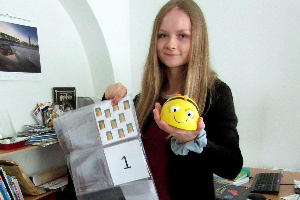 Jette Hilsberg zeigt den Roboter Bee-Bot, derfür Lern-Spaß für zu Hause sorgen soll.