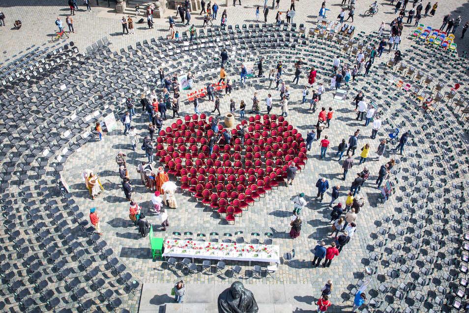 Am vergangenen Freitag haben Gastronomen auf dem Dresdner Neumarkt ein Herz aus leeren Stühlen gestellt.