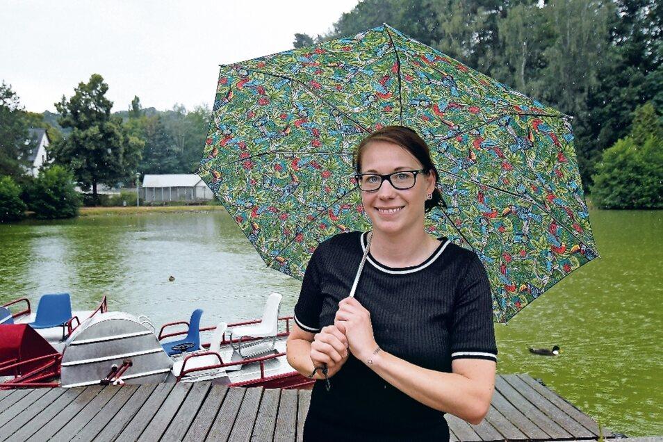 """Das bisschen Regen macht Marika Tändler-Walenta im Döbelner Bürgergarten gar nichts aus. Dafür gibt es ja Regenschirme, zumal ihr Exemplar ein ganz spezielles ist: """"Der gehörte meiner Oma, die vor einem halben Jahr verstorben ist""""."""