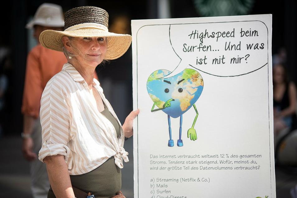 Omas for Future-Gründerin Cordula Weimann bei einer Demonstration in Leipzig.