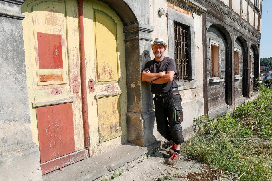 Lutz Hoffmann fragt sich, warum dieses denkmalgeschützte Umgebindehaus in der Bergstraße in Großschönau nicht wenigstens notgesichert wird, um es vor dem Verfall zu retten.