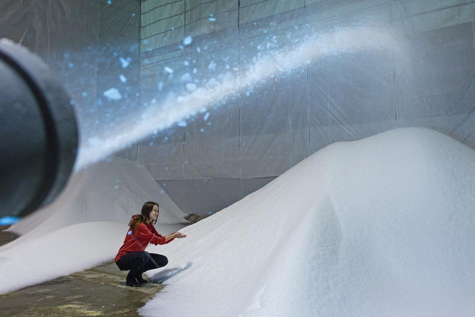 Schneeproduktion für den Ski-Weltcup in einer Halle auf dem Flughafengelände.