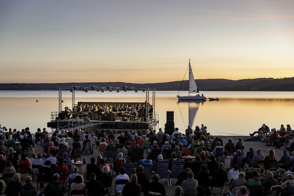"""Innerhalb von zwei Wochen stemmte die Europa Chor Akademie die Aufführung von Orffs """"Carmina burana"""" auf einer Seebühne am Berzdorfer See. 2022 könnte es eine Neuauflage geben, dann mit mehr Publikum."""