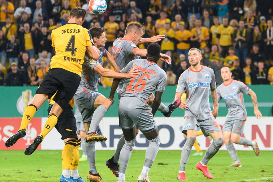 Tim Knipping gegen alle. Dynamos Kapitän erzielt per Kopf das Tor zum 1:0. Tim Knipping gegen alle. Dynamos Kapitän erzielt per Kopf das Tor zum 1:0.