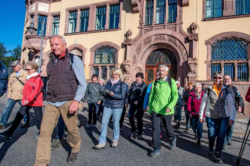Der Waldheimer Verschönerungsverein hatte zur Herbstwanderung eingeladen. Bei Sonnenschein und niedrigen Temperaturen starteten etwa 45 Wanderfreunde am Waldheimer Rathaus ihre Tour. Es gab viel Wissenswertes zu erfahren und zu entdecken.