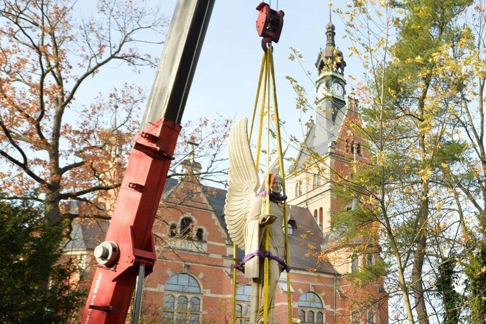 Es schwebt ein Engel – im Garten vom Museum musste die Skulptur mit vielen Sicherungen an den Kranhaken.